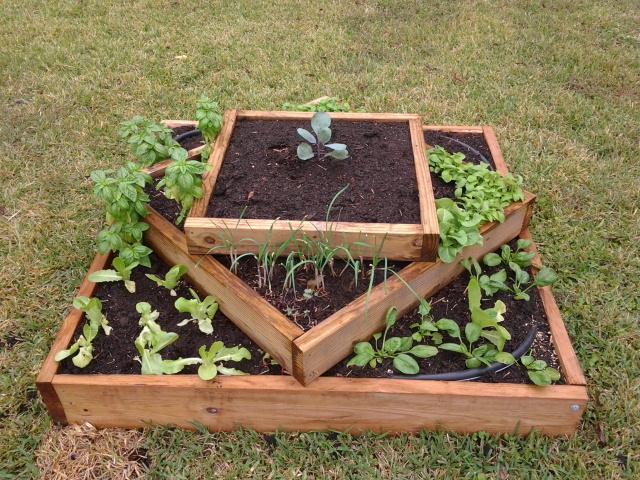 Diyhowto diy vertical pyramid tower garden planter 07 for Garden planter box designs